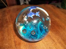 HEAVY GLASS PAPERWEIGHT DOLPHINS SWIMMING IN BLUE SEA UV GLOW BUBBLES 551g